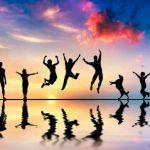 Dr. Robert Svoboda ájurvéda orvos és jóga szaktekintély szerint a jóga lényege, hogy minden otthonban boldogság legyen, az ájurvéda fő gyógyszere pedig az odaadás.